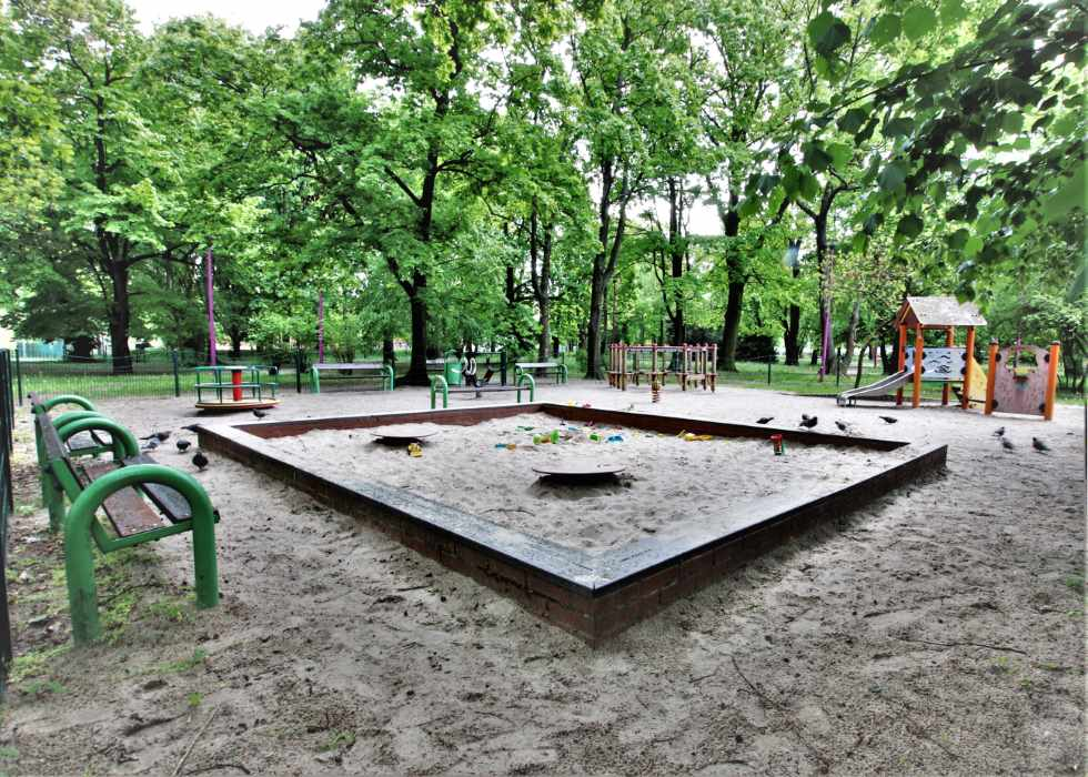 tanie-pokoje-we-wroclawiu-plac-zabaw-w-parku
